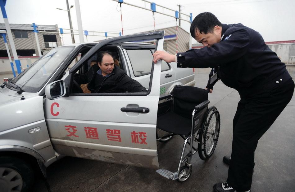 机动车驾驶人考试科目二考试考场迎来一批特殊的考生,他们是高清图片