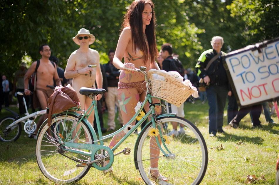 裸體騎行活動︰上千名參與者騎車穿過倫敦市中心(組圖.慎)