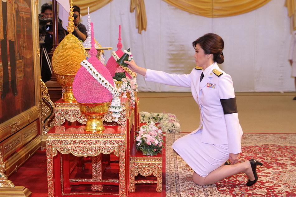 泰国新当选总理英拉·西那瓦8日晚接受泰国国王普密蓬·阿杜德谕