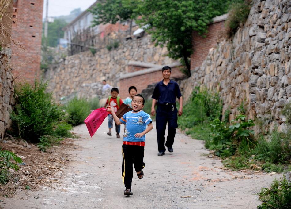 在平顺县西沟乡赵店小学,唯一的老师张书平在放学后送孩子们回家.