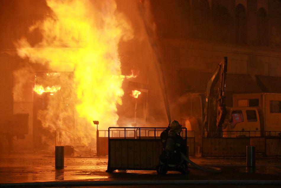 上海泰兴路地下煤气管道被挖破引发爆燃图片
