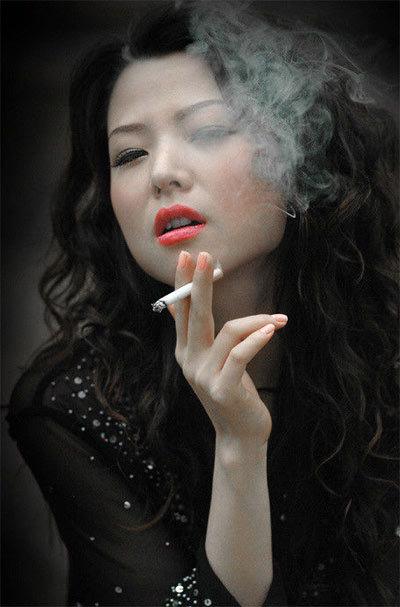 抽烟的女人-吸烟妇女即使怀孕,也易引起流产、早产和死胎,所生小孩体重比不吸