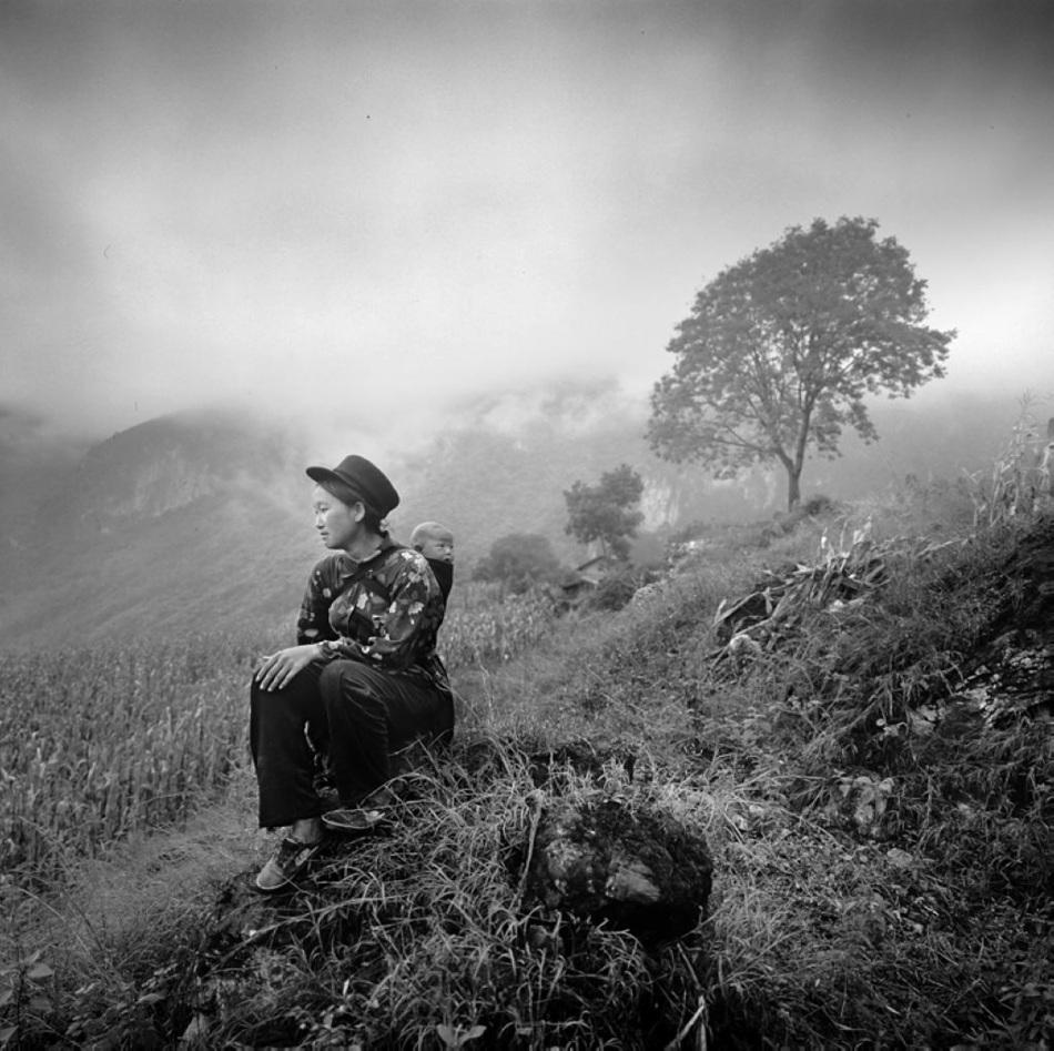 守妇女领着孩子下地劳作;平时则去集市进行农贸交易、购置生活