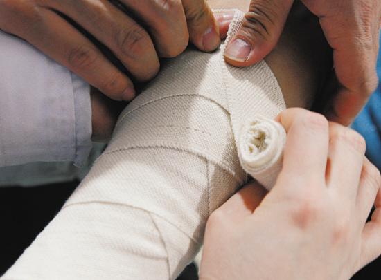 定;要尽量减少伤口受污染,用清洁的纱布或干净的布类,将伤口尽