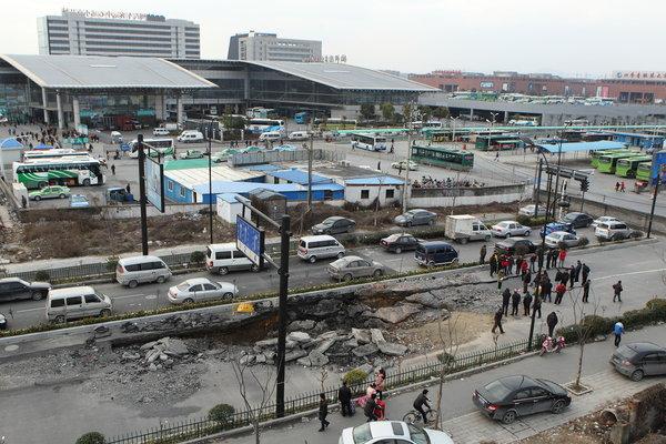 2月27日,杭州汽车客运中心附近一马路出现路面坍塌,坍陷面积约...图片 106134 600x400
