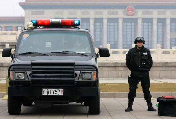 北京特警在天安门广场执勤2012年3月2日,北京警方加强天安...