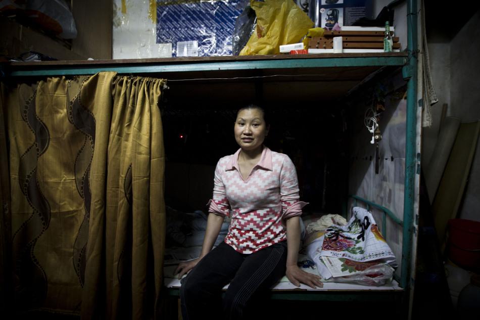 """... 拍摄:深圳""""保姆村""""真实生活 吃苦受累都为了孩子"""