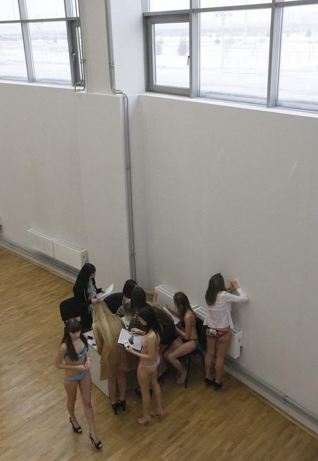 俄罗斯少女穿比基尼参加选美大赛试镜 55BBS