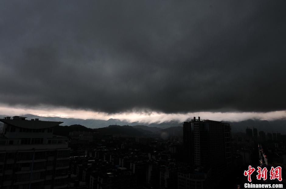 15日,福建省气象台分发布暴雨蓝色和雷电黄色信号,预计未来12小