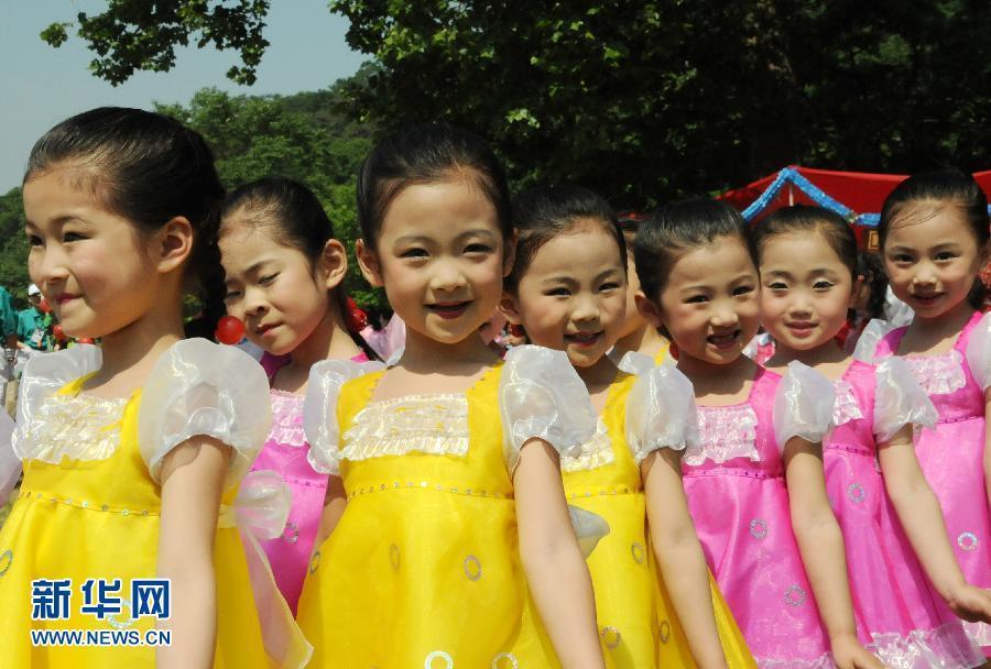 """大城山游乐场,孩子们参加""""六一""""儿童节活动.当天,朝鲜儿童穿"""
