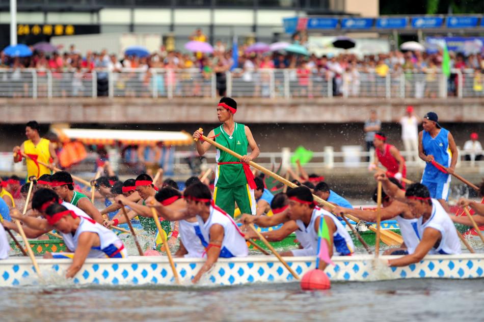 """当日是端午节,三亚市举行第六届""""渔家乐""""杯龙舟比赛,吸引了大"""