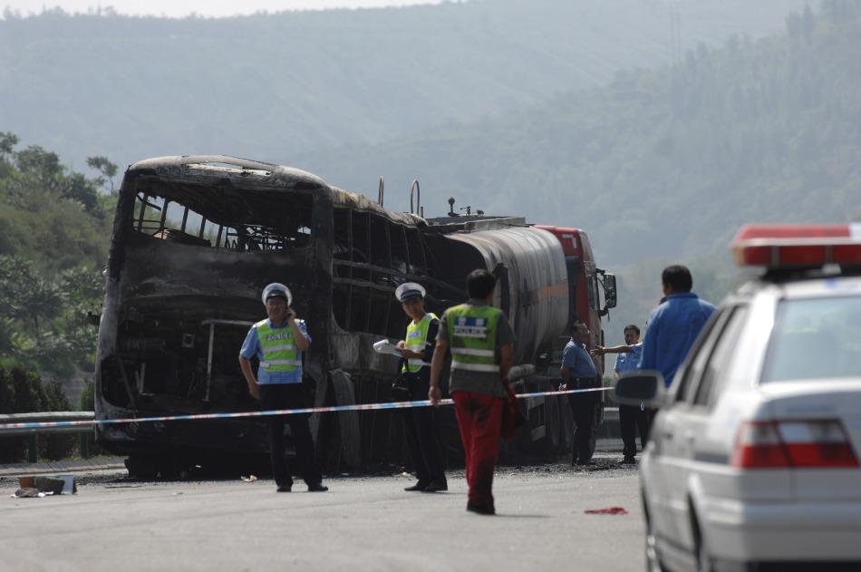 包茂高速陕西延安境内发生的特大交通事故现场
