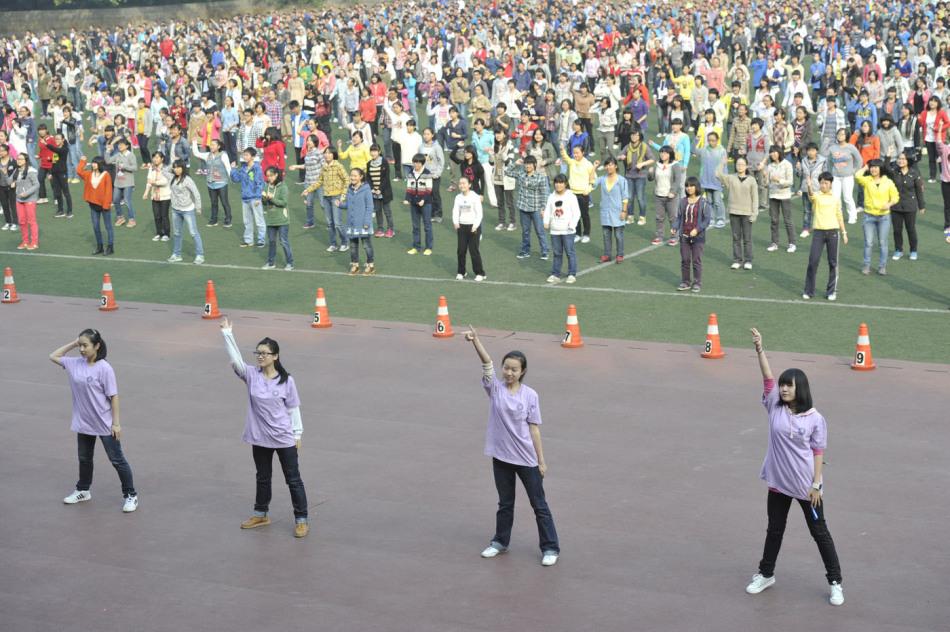 重庆3千名中学生课间操跳改编版骑马舞sexygirl健美操图片