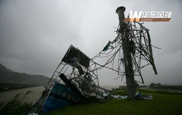 8月8日,在浙江宁波象山县石浦镇通往鹤浦镇的路上,一广告牌被大风摧毁