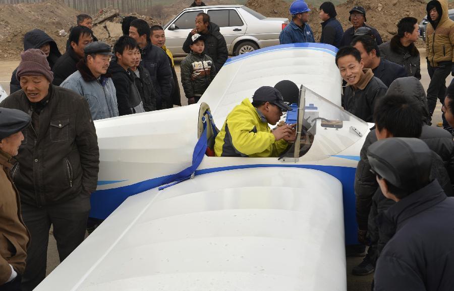 西安大学生10万元自制飞机试飞成功