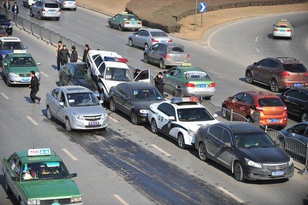 郑州5车连环相撞2辆警车追尾