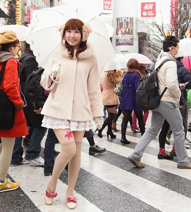 美女大腿上的广告位被日本公司充分开发利用