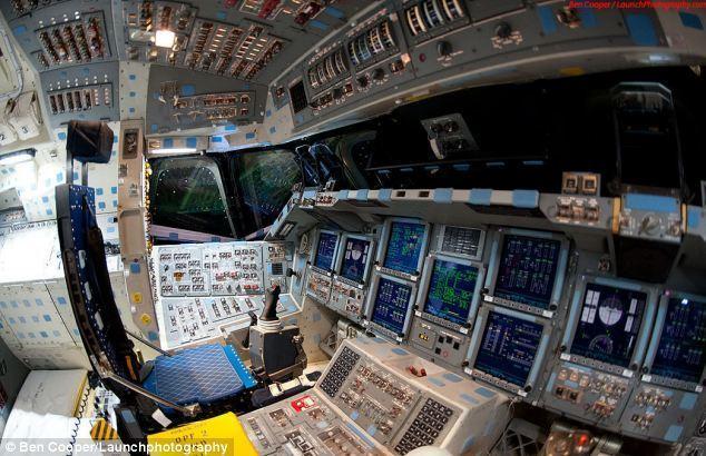 天飞机驾驶舱内部