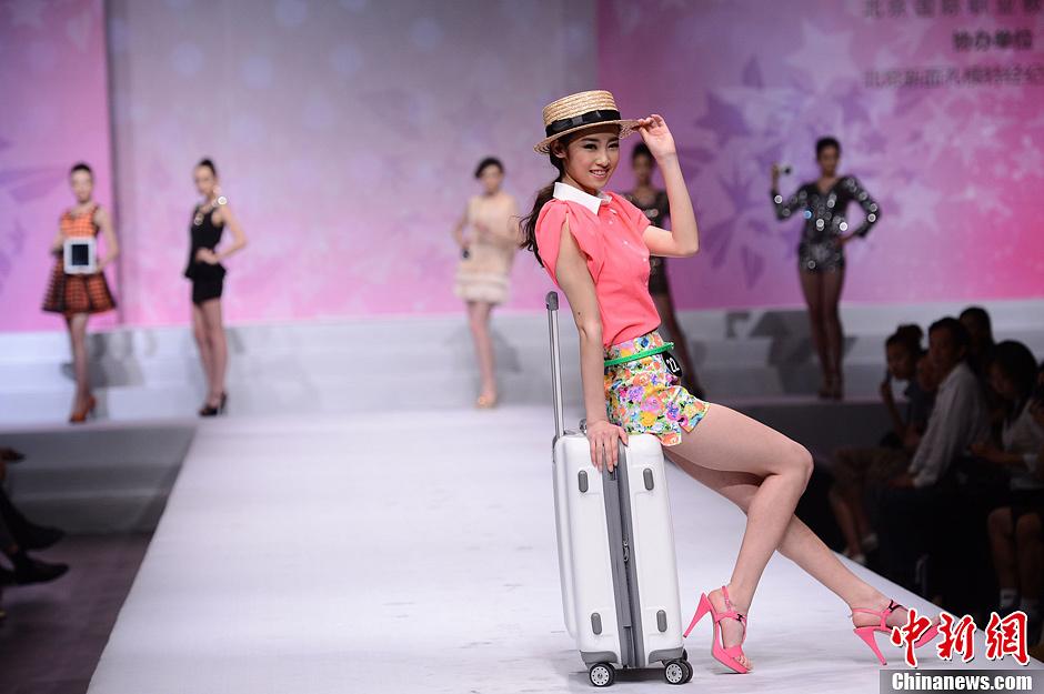 美眉服饰:中学生模特泳装走秀2013北京中职模