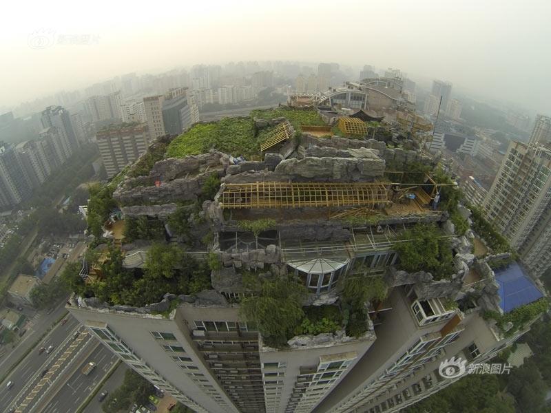新浪独家航拍:北京小区楼顶别墅开始拆除