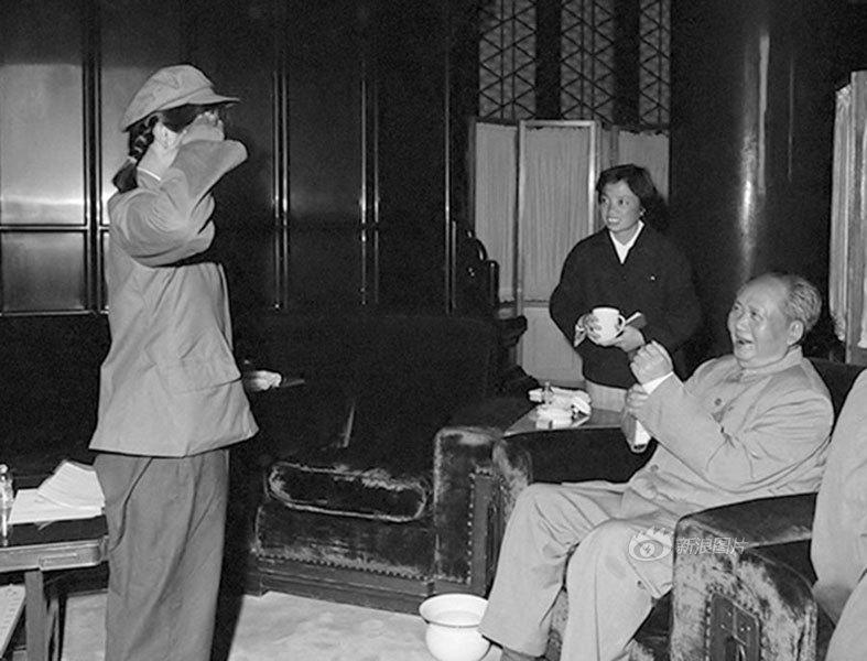 """...毛泽东曾为《空军报》题词后面特别注明:\""""送林彪同志的女儿..."""