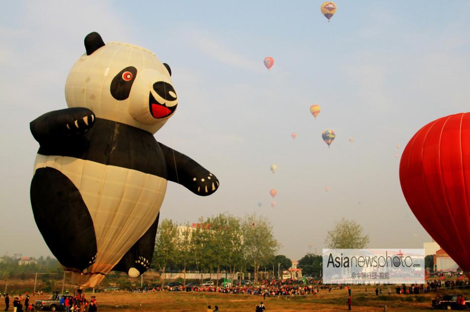 """...功夫熊猫\""""热气球起飞.据悉全国前30强优秀队伍约200多名..."""