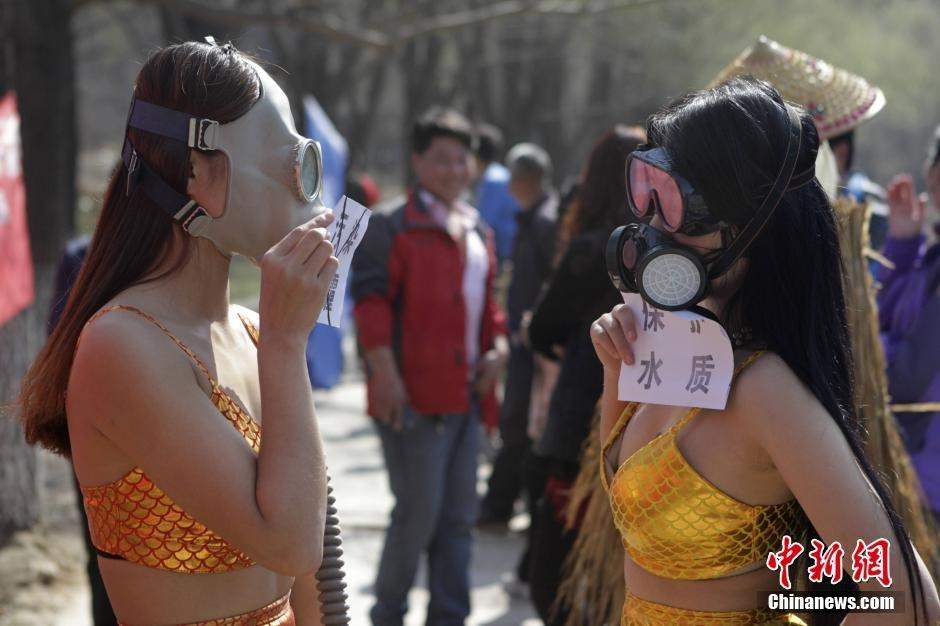 美女扮美人鱼戴防面具 呼吁保护水质