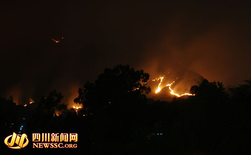 攀枝花市城区金沙江北岸山体的大火还在熊熊燃烧,长长的火线高清图片