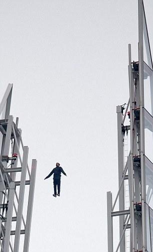 魔术师凭空悬浮于大厦顶端_高清图集_新浪网