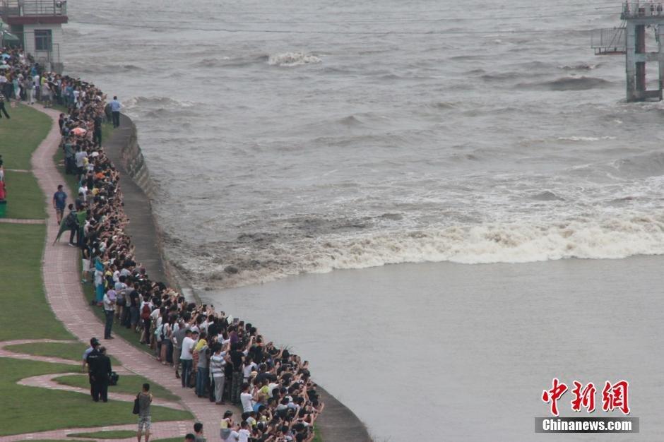 中秋节当天 万人市民观赏钱塘江大潮