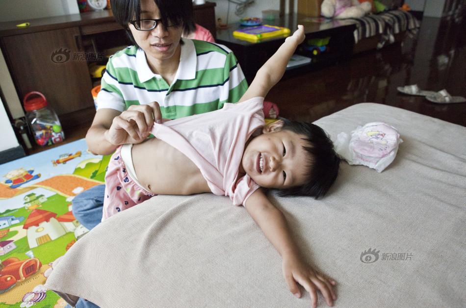 2014年7月27日,一心懒床撒娇,让爸爸帮着穿衣服,小孩子的天性暴漏无