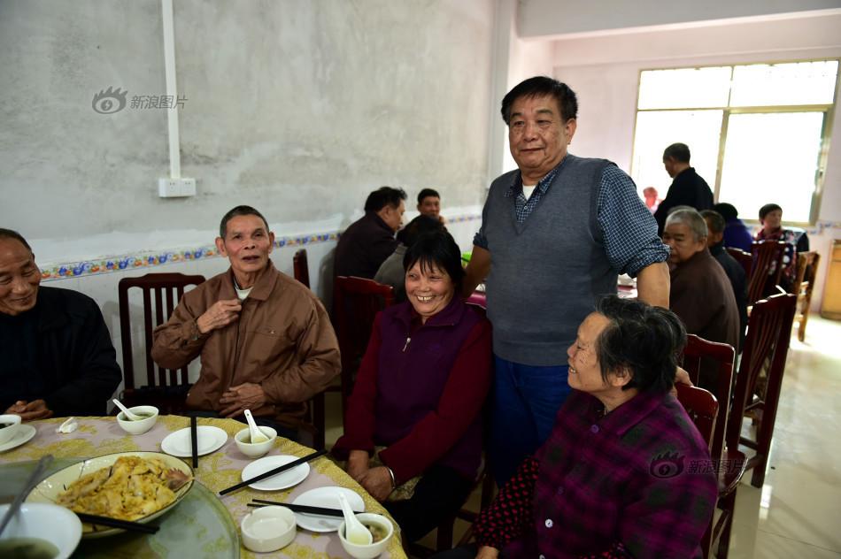 小饭馆还组织了同学聚会,与几十年未见的老同学们叙叙旧.摄影: