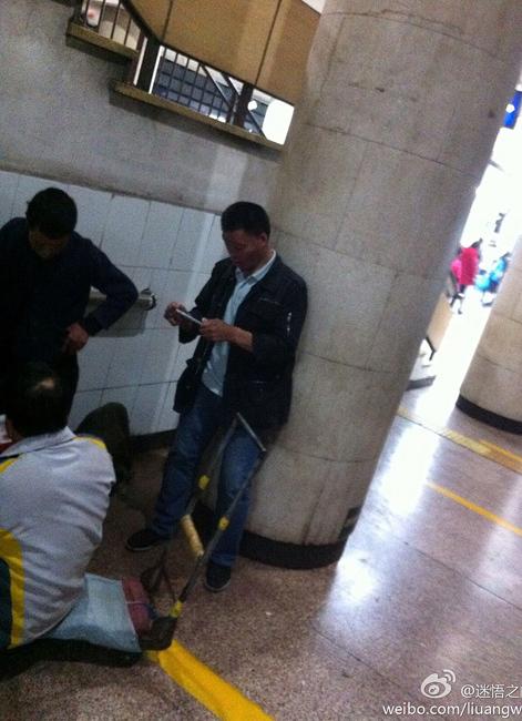 北京地铁站现乞丐掏iPhone6拍数钱照留念