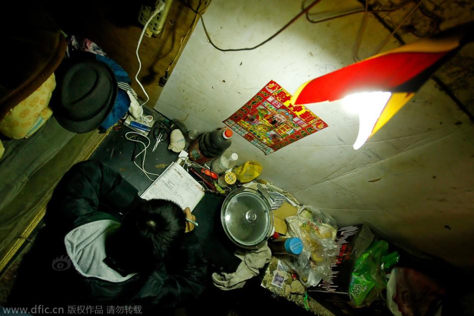 郑州一对蜗居在废弃保安室里的残疾父子