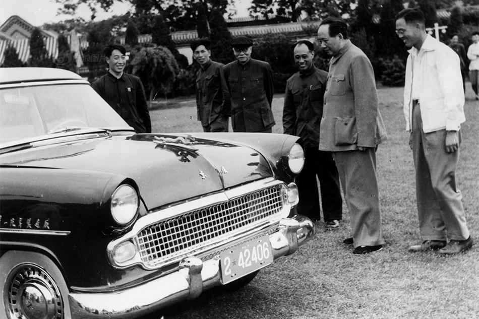 """1958年初我国第一辆小轿车——""""东风""""牌轿车诞生.图为毛泽东观"""