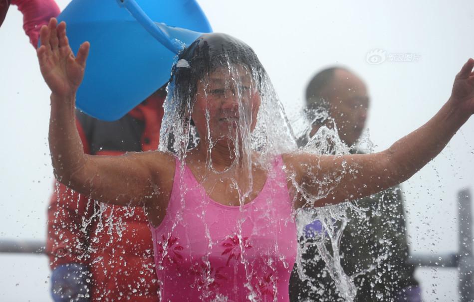 天门山办耐寒挑战赛比基尼美女被泼冰水 天门