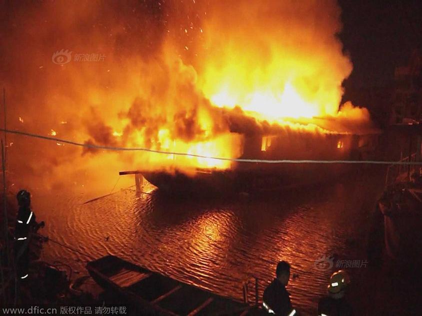 马鞍山七条船江边起火 火烧连营一片火海