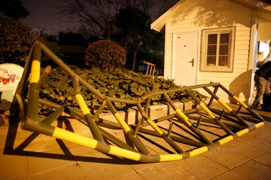 车冲撞   12日晚,美国驻上海总领事馆大门遭一辆福建号牌的黑高清图片