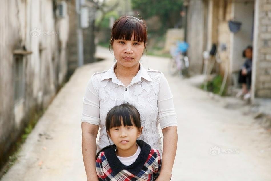 """黄天鹅说,她自己在中国已经19年,在两个省份呆过,嫁过两名男子,生养了3个孩子,出逃1次。逃离第一次失败婚姻的黄天鹅,认识现在丈夫王元荣。他比她大6岁,有残疾,带着和前妻生的儿子生活。他对黄天鹅说""""你不要嫁给我,这样会拖累你""""。黄天鹅觉得王元荣老实,心生怜爱。 5/7 首页 上一页 3 4 5 6 7 下一页"""