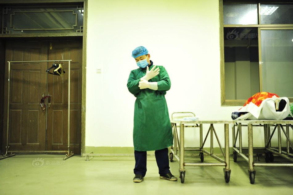 湖南长沙明阳山殡仪馆妆殓部的一名妆殓师,也就是遗体化妆师.每