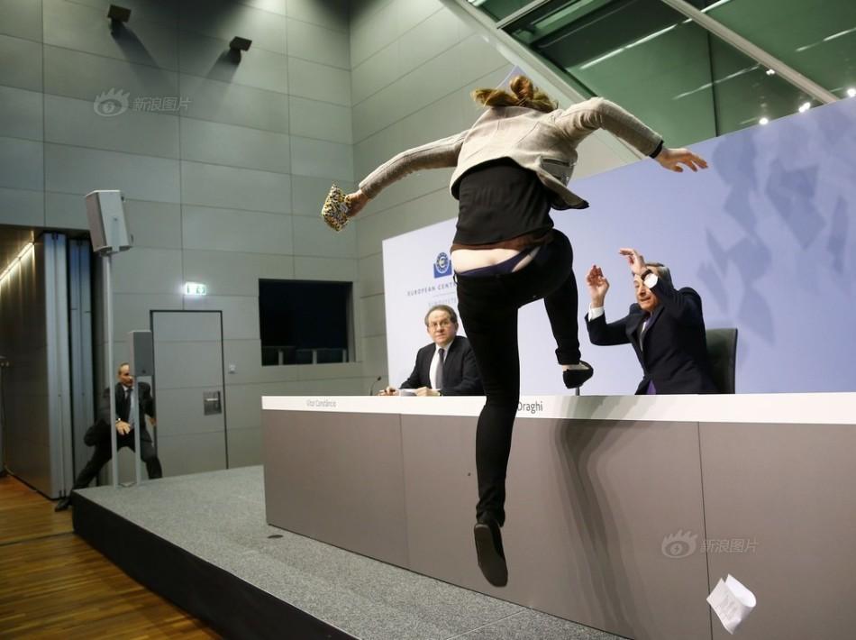 示威女子袭击欧洲央行主席被抬走