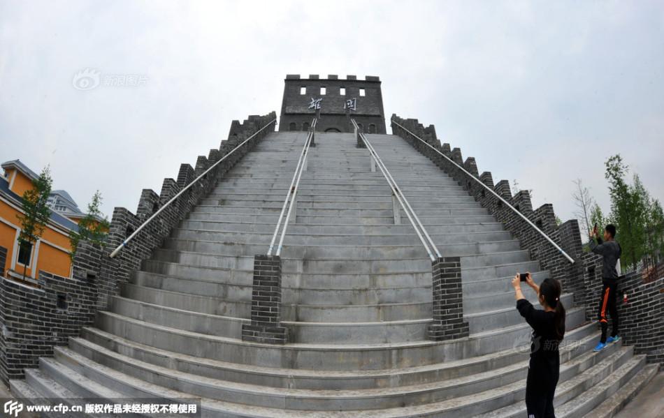 近日,武汉生物工程学院修建校园长城的照片,引来围观和热议.虽