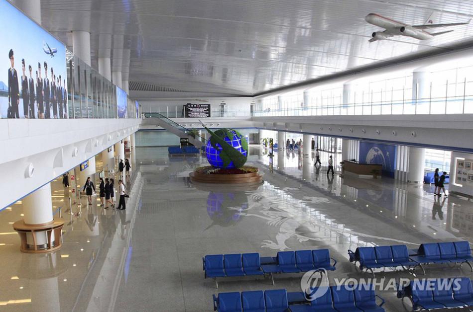 机场工作人员在新竣工的平壤顺安国际机场第二航站楼里考...