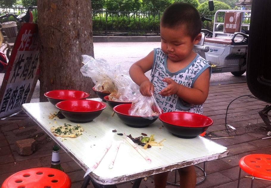 """【懂事的萌娃】7月20日,济南一个两岁半的萌娃帮着父母""""练摊"""","""