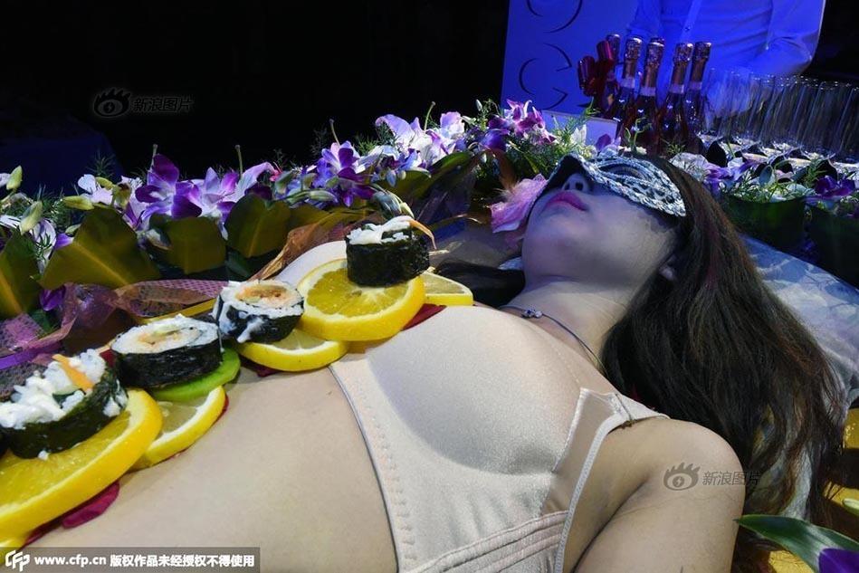 太原一酒吧开业上演人体寿司宴 香艳诱人无下限