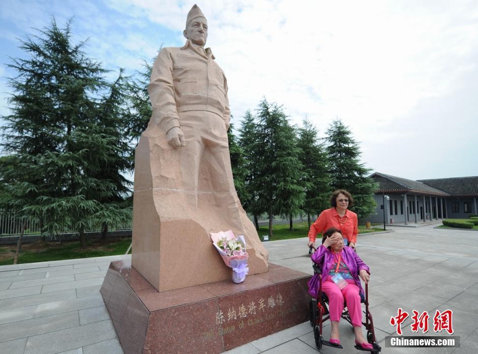陈纳德将军之妻参观纪念馆 为夫雕像献花
