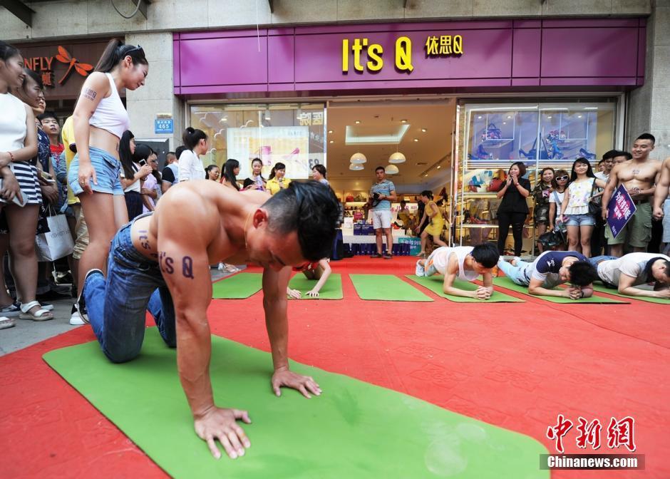 长沙街头上演力量对决赛 美女PK肌肉男 扬子