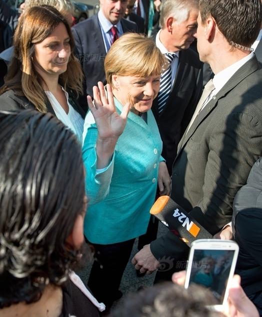 德国总理默克尔与抵德难民自拍合影