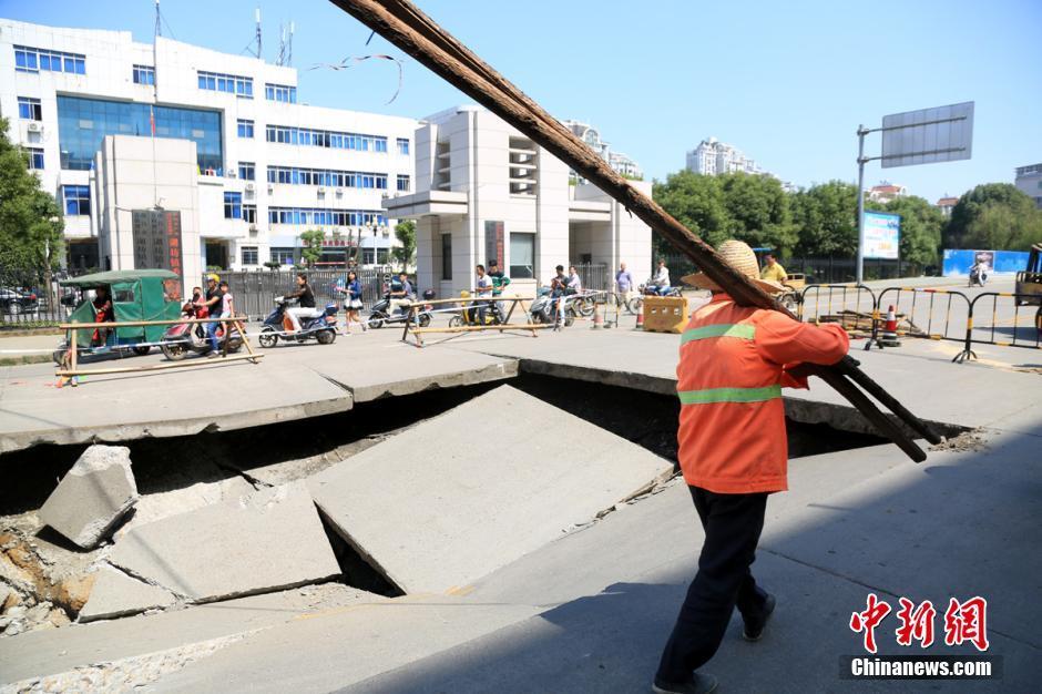 ...城区一路段发生路面塌陷,塌陷路面长宽均约5米、深约近2米,相...图片 100382 940x626