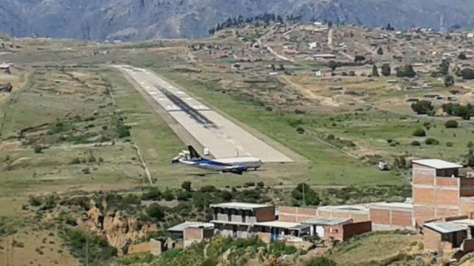 飞机载着129人偏离跑道